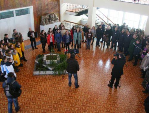 Участники молодёжного флешмоба спели «По долинам и по взгорьям» на вокзале в селе Волочаевка