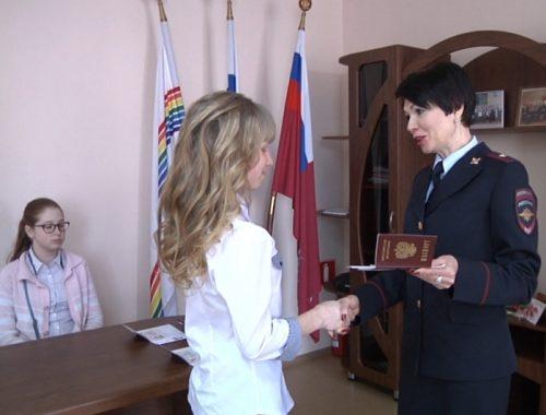 Паспорта и цветы вручили юным биробиджанкам преддверии Международного женского дня
