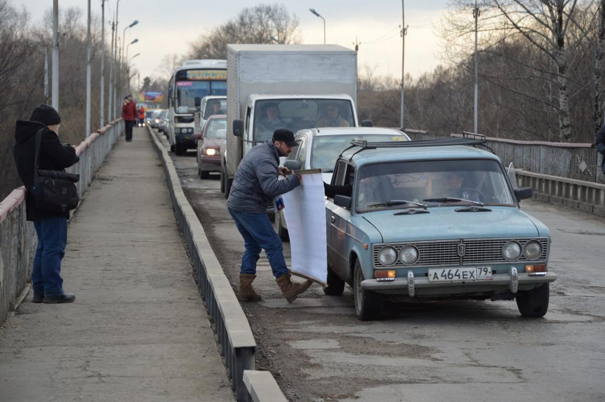 Гиви вышел на мост: организатор цветочного флешмоба устроил акцию протеста против разбитых дорог