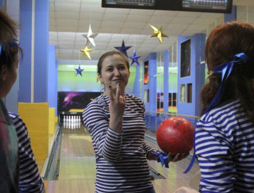 Накануне женского праздника сотрудницы областного управления МЧС провели турнир по боулингу