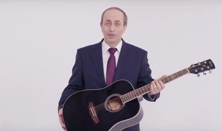 Креатив под директиву: взяться за гитару Александру Левинталю посоветовала Москва?