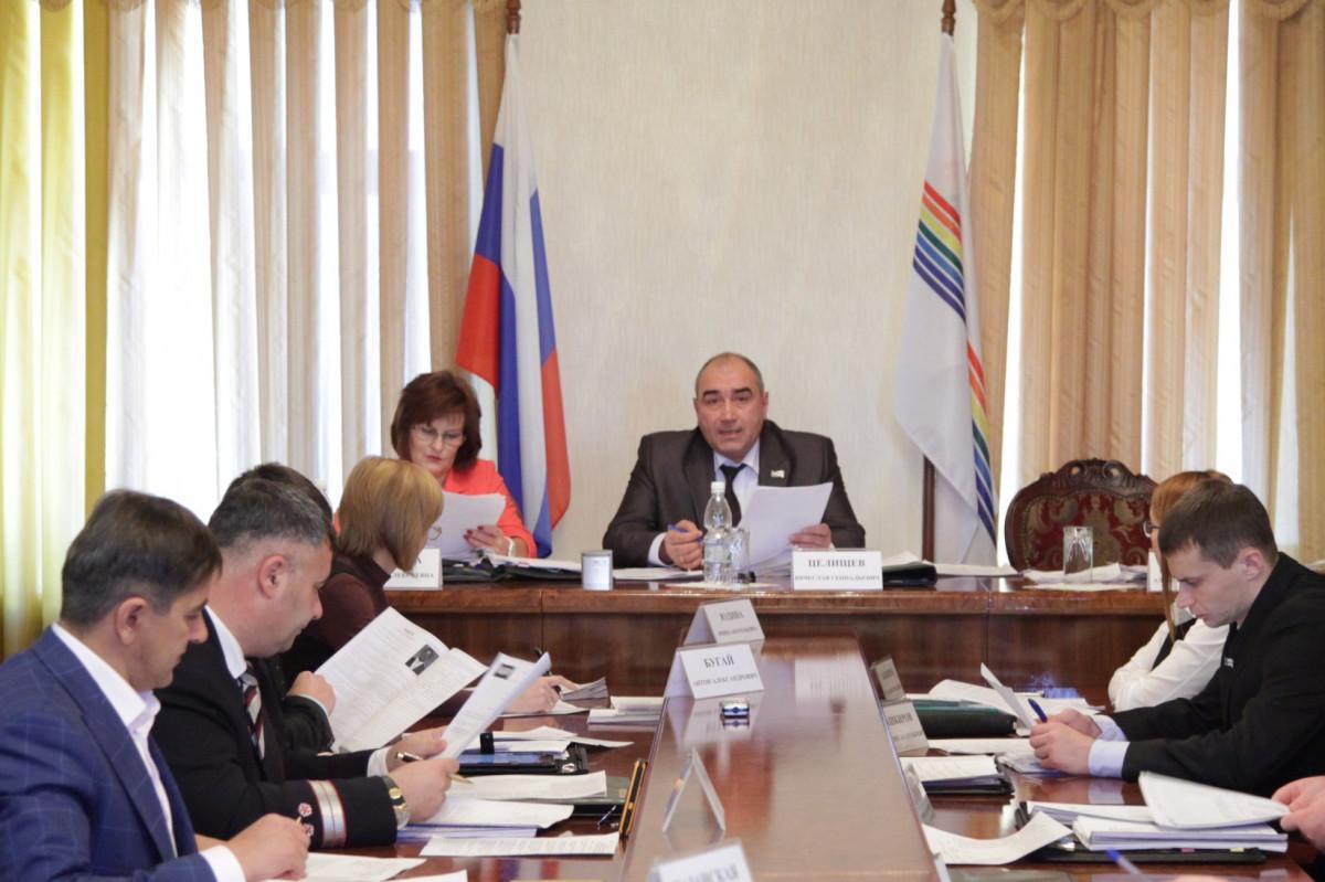 Сэкономить 13 млн рублей на премиях чиновникам предлагают депутаты Заксобрания ЕАО