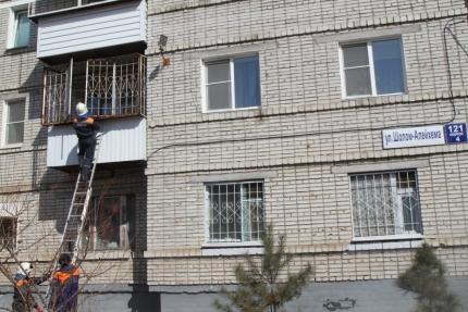 В Биробиджане спасатели сняли женщину с балкона