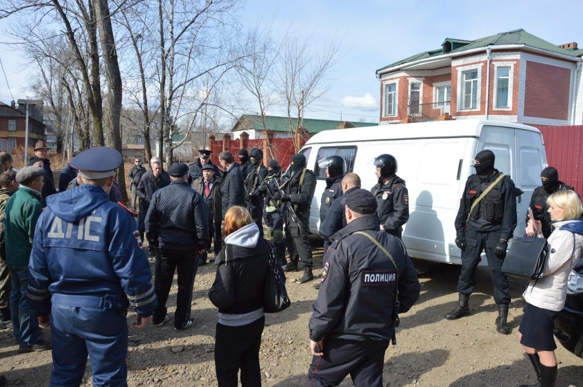 В сети появилось видео с места столкновения рабочих коммунальных предприятий с полицией и СОБРом возле дома Ивана Проходцева