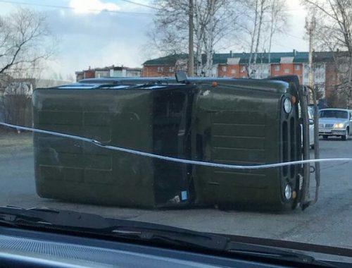 УАЗ перевернулся на улице 40 лет Победы в Биробиджане
