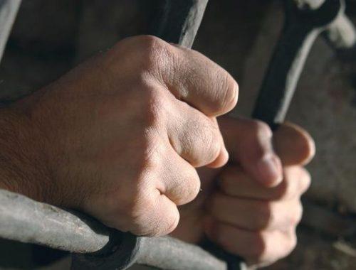 В Облученском районе арестант чуть не задушил полицейского в камере ИВС