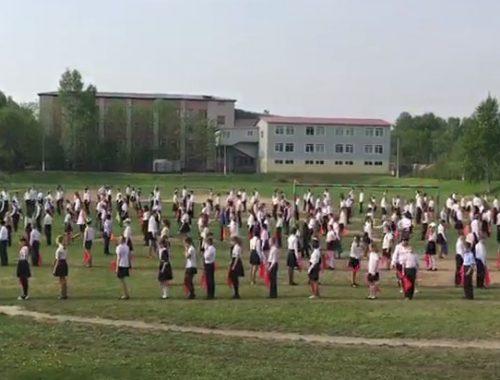 Учащиеся биробиджанской школы №7 отметили День пионерии массовым флешмобом
