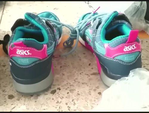 Тридцать пар китайских кроссовок пыталась провести через таможню жительница ЕАО