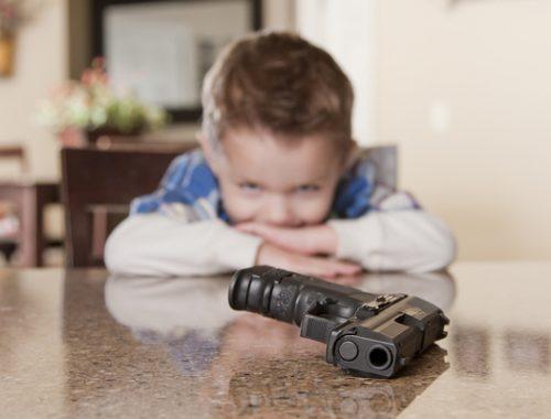 Опасная игрушка: четырехлетний ребенок выстрелил себе в глаз