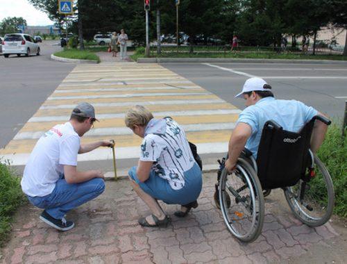 Эксперты ОНФ проверили доступность для инвалидов-колясочников пешеходных переходов в Биробиджане