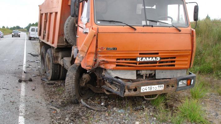 Легковушка врезалась в КАМАЗ на автодороге Биробиджан – Амурзет