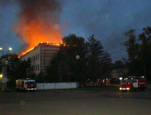 Пять часов полыхала крыша административного здания в Биробиджане