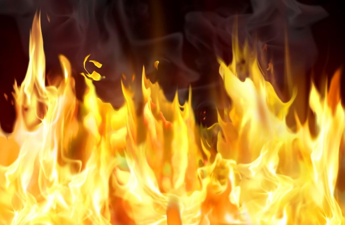 В Биробиджане загорелась крыша магазина