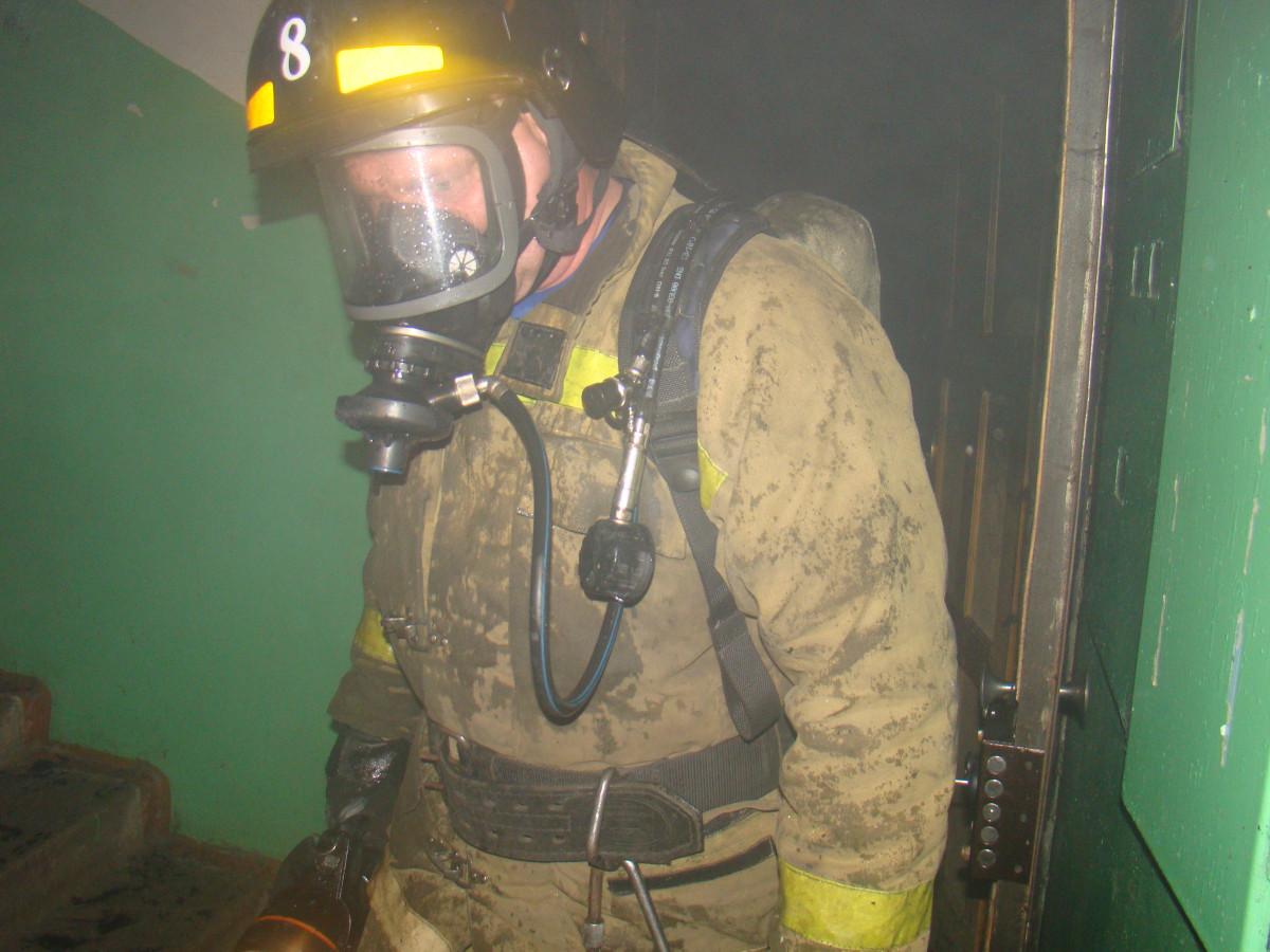 В Биробиджане эвакуировали женщину из горящей квартиры
