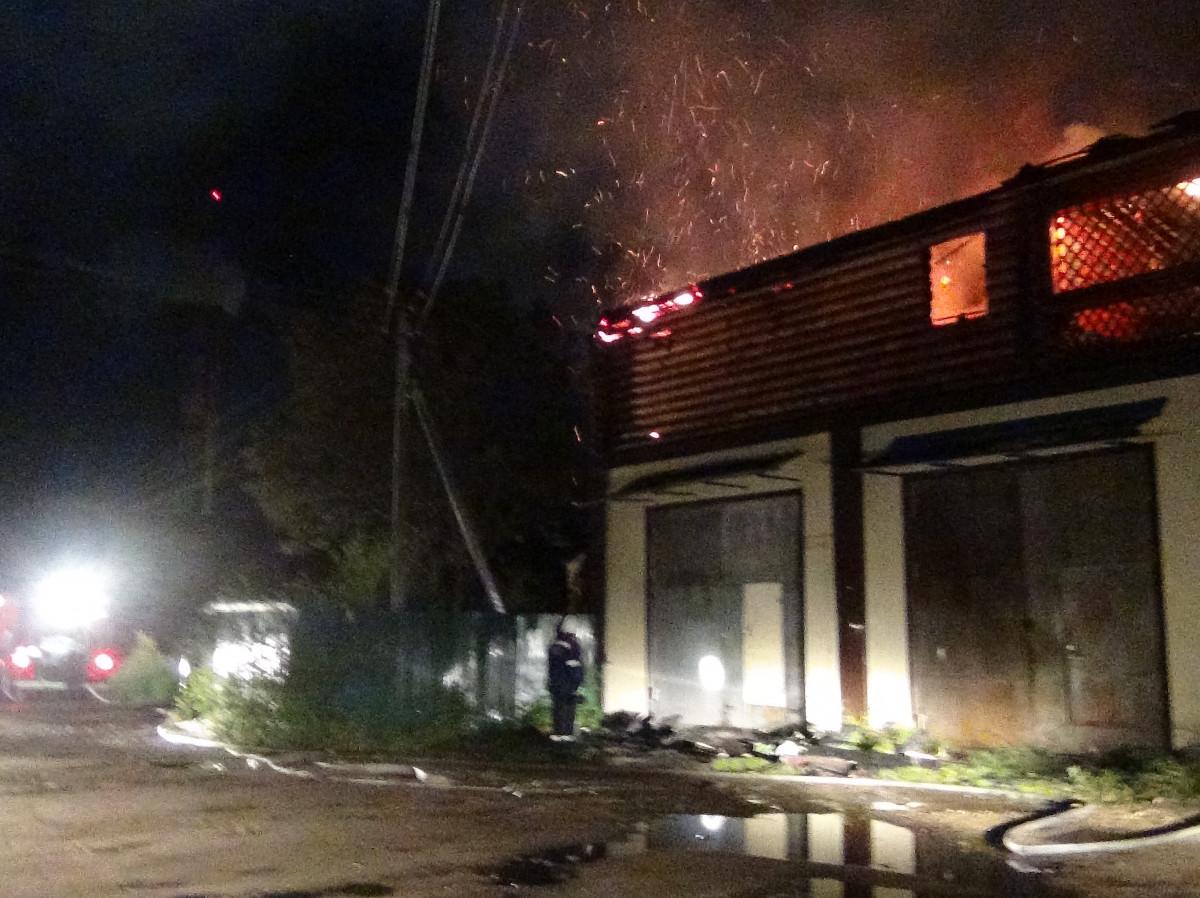 Ночью в одном из микрорайонов областного центра загорелась баня