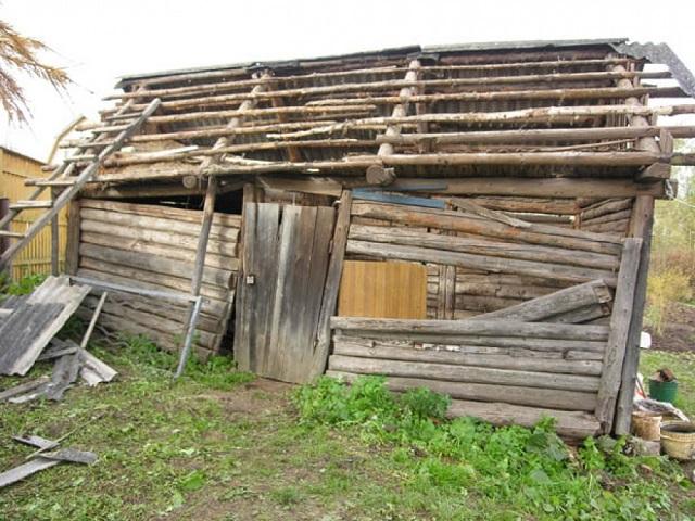 Суд обязал хозяев участка снести сарай и забор, занимающие часть соседской территории