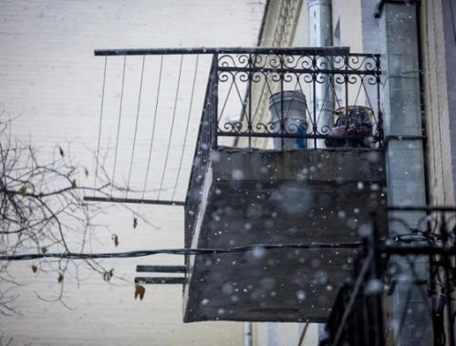На Сахалине ветер снес пенсионерку, вышедшую на балкон
