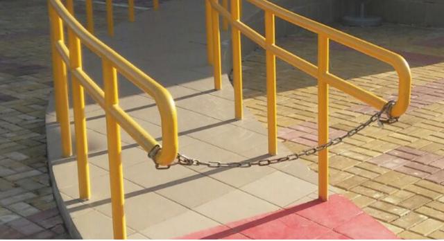 Повесили замок: на цепь закрыли пандус для инвалидов при входе в здание «ДЮСШ»