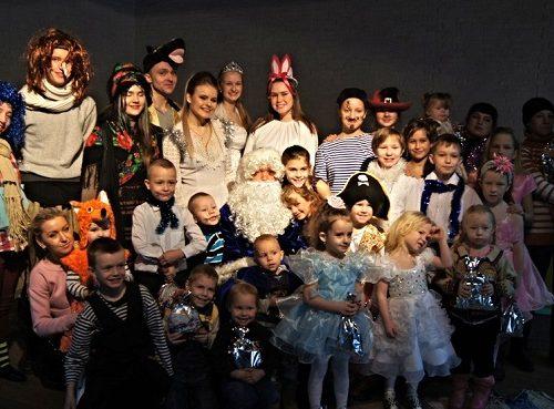 Новогодний праздник для детей из малообеспеченных семей устроил Молодежный театр-студия «Добрые люди»