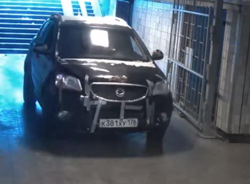 Пенсионер на джипе заехал в подземный переход и прокатился по нему