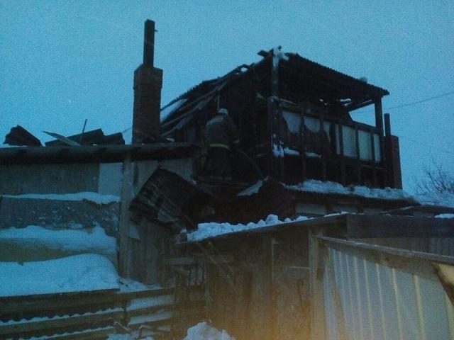 Огнеборцы эвакуировали троих человек из горящего дома в поселке Николаевка