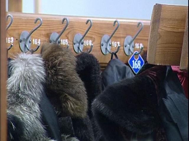 Гардеробщица украла деньги из кармана куртки жителя ЕАО