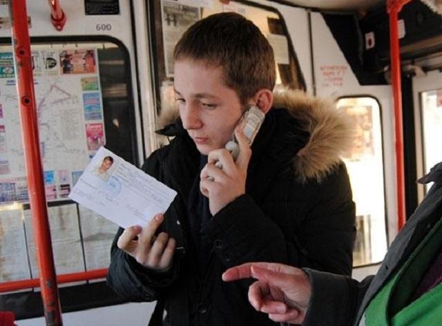 Школьники из малообеспеченных семей начали ездить в автобусах по именным транспортным картам