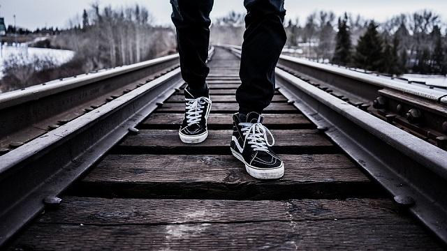 Поезд насмерть сбил мужчину на перегоне станций Волочаевка-1 – Ольгохта