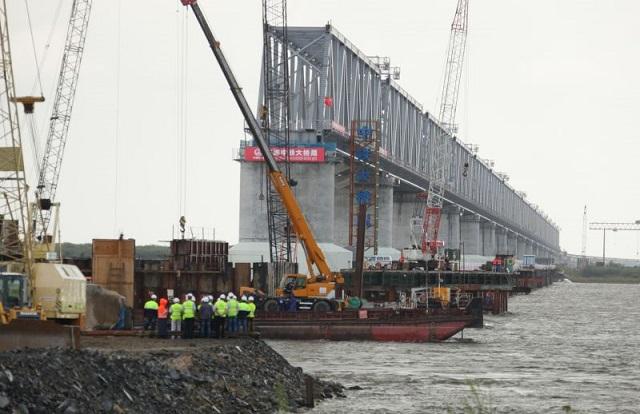 Строители трансграничного моста наращивают срезанную для ледохода конструкцию