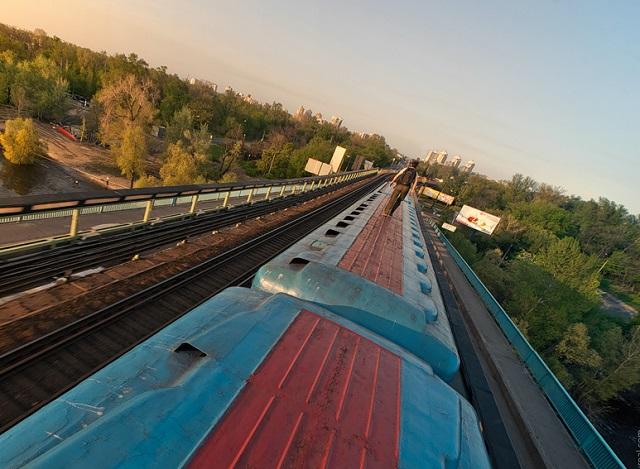 Подростки залезли на крышу поезда, чтобы проверить силу тока