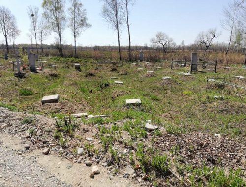 Вандалы орудуют на биробиджанском кладбище