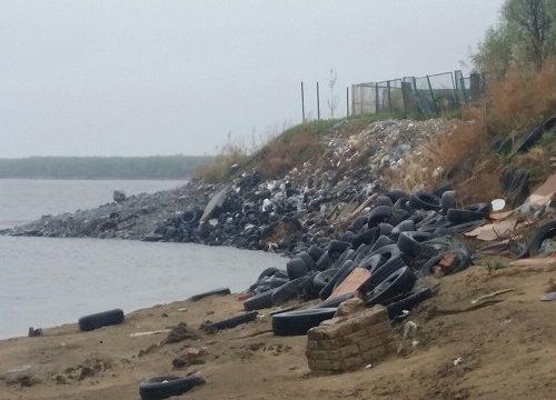 Автомобильные покрышки и строительный мусор «украшают» берег Амура