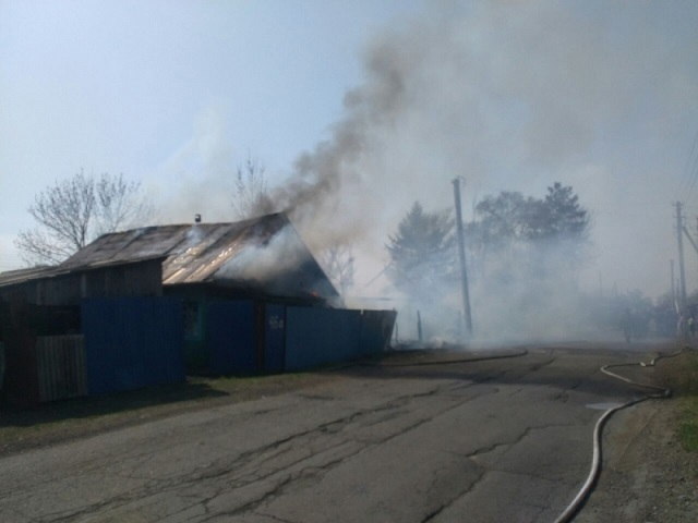 Биробиджанские пожарные спасли от огня целую улицу