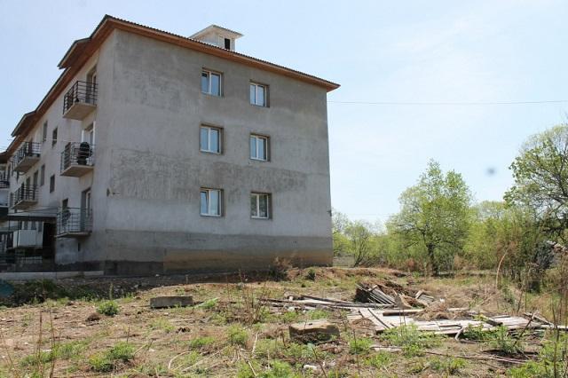 Больше двух лет жители многоквартирного дома добиваются ликвидации свалки строительного мусора