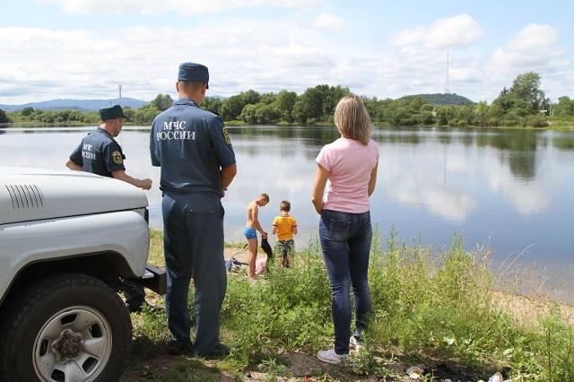 Семеро детей, купающихся без взрослых, отправили домой сотрудники МЧС
