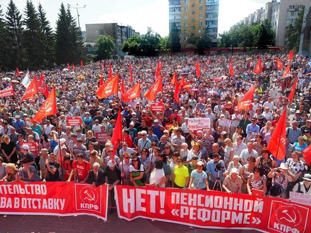 Тысячи россиян вышли на акции протеста против повышения пенсионного возраста