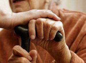 Брызнула в глаза, сорвала сережку: пенсионерку дерзко ограбили в Биробиджане