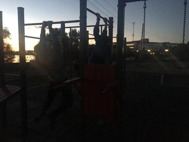 В полной темноте приходится тренироваться любителям воркаута и велосипедной езды