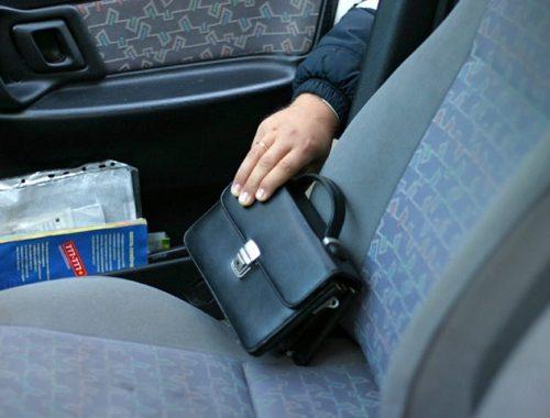 В автономии подросток похитил барсетку из автомобиля