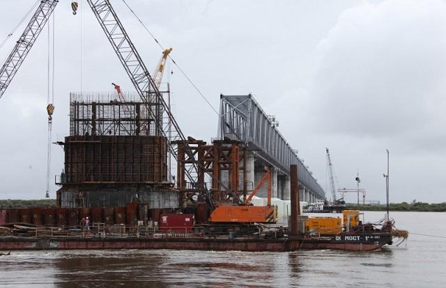 На трансграничном железнодорожном переходе ведется подготовка к соединению мостовых конструкций
