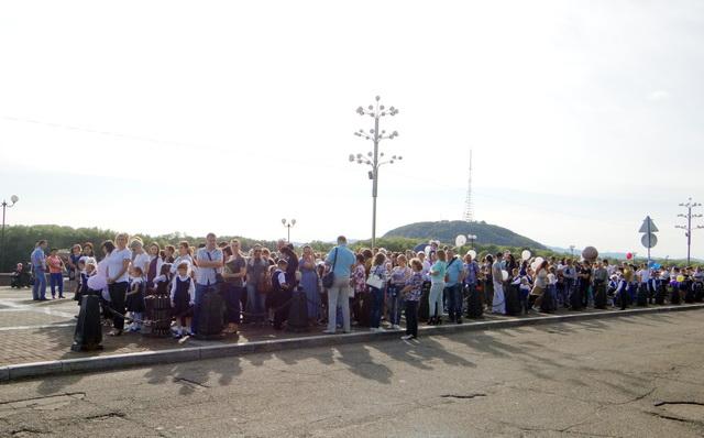 Первоклассники дружной колонной прошли по городской набережной