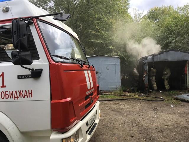В центре Биробиджана вспыхнули гаражи