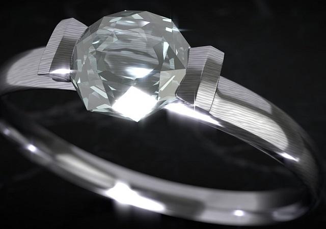 Бриллиант, кристалл «Swarovski» и сто тысяч рублей украл из такси биробиджанец