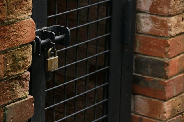 Дети подобрали ключ к навесному замку и обокрали жительницу ЕАО