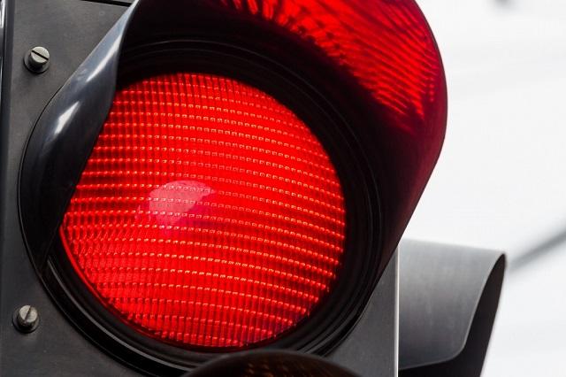 Машина сбила биробиджанца, переходившего дорогу на «красный свет»