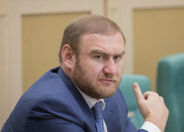 Члена Совета Федерации РФ арестовали по обвинению в убийствах