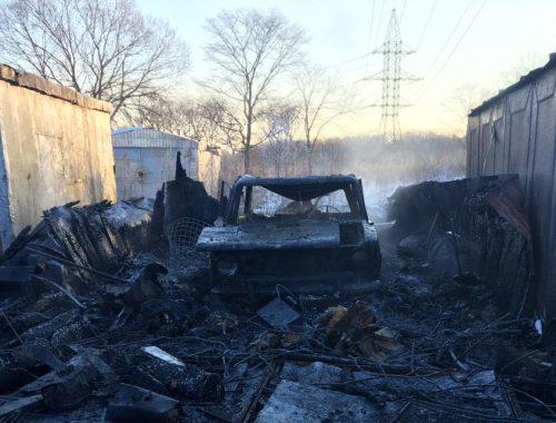 Неизвестные подожгли гараж с автомобилем в Биробиджане