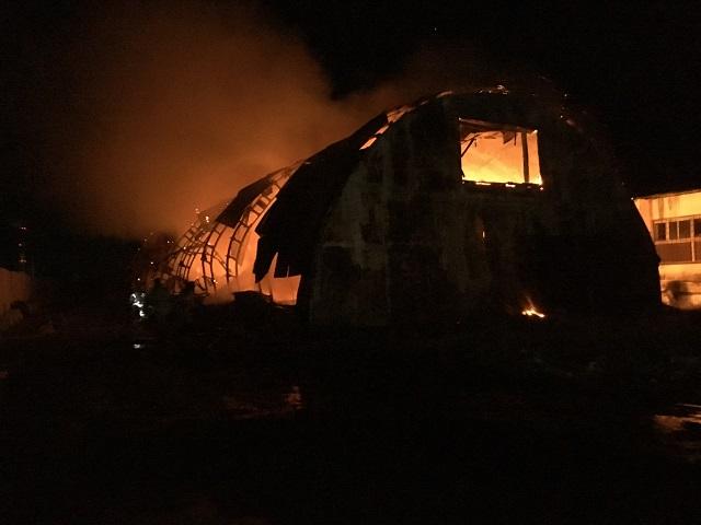 Заброшенный ангар загорелся в областном центре