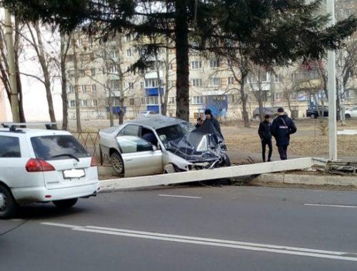 Автомобиль снес столб в центре Биробиджана (ВИДЕО)