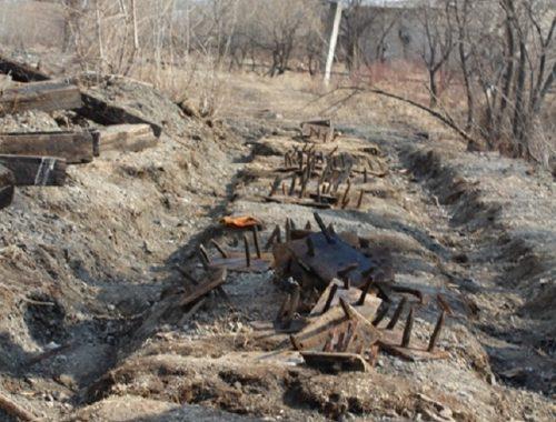 Пятеро биробиджанцев откопали и распилили рельсы